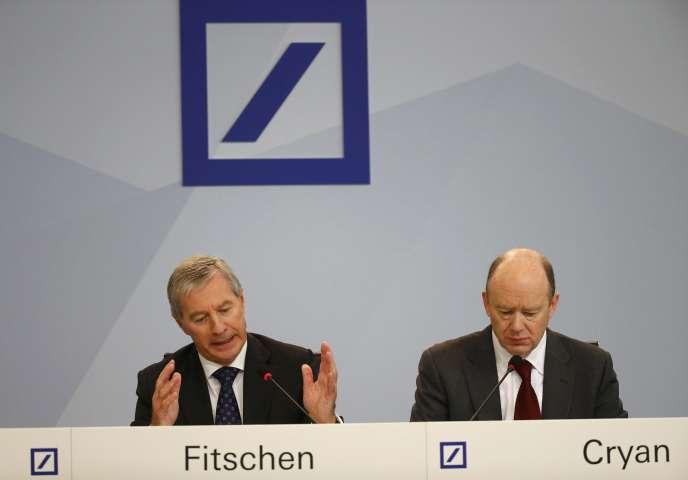 Les deux PDG de la Deutsche Bank, Jürgen Fitschen et John Cryan, à Francfort, lors d'une conférence de presse, le 29 octobre.  REUTERS/Kai Pfaffenbach