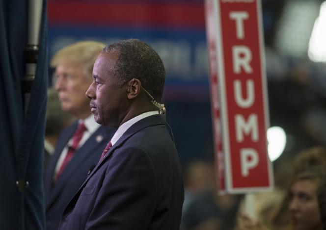Ben Carson accompagne Donald Trump lors d'un débat télévisé en octobre.