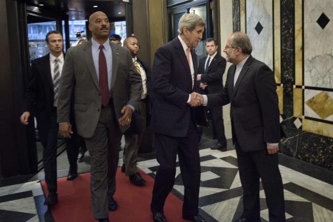 Le secrétaire d'Etat américain John Kerry salue son homologue iranien Javad Zarif à Vienne, avant une réunion des ministres des affaires étrangères sur le conflit syrien.