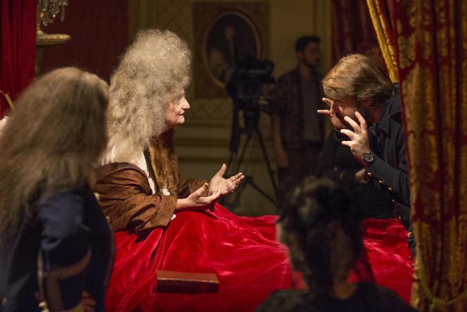 Tournage d'un film d'Albert Serra (ici à droite) sur les derniers jours de la vie de Louis XIV avec Jean-Pierre Léaud (ici à gauche) dans le rôle du roi, au château de Hautefort.