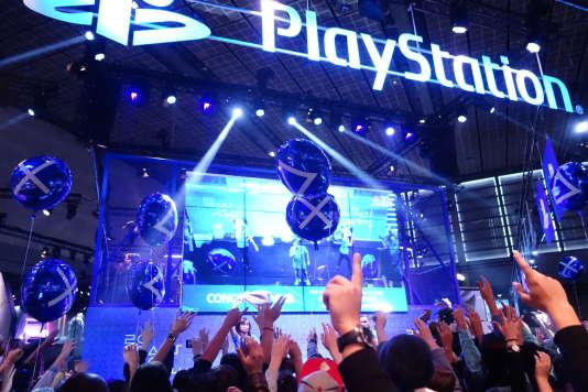 Le stand PlayStation organise des concours de «likes» à la Paris Games Week, auxquels se prêtent bien volontiers les visiteurs.