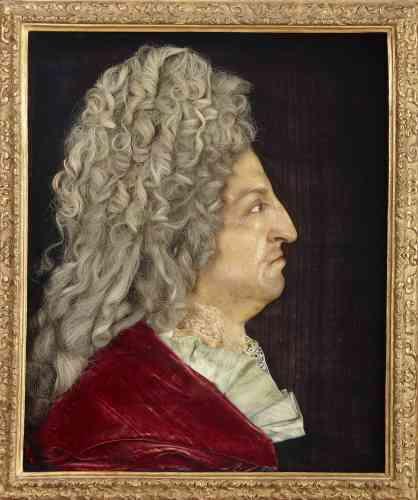 D'un réalisme remarquable – avec de vrais cheveux, de la dentelle, de la soie, du velours –, ce portrait a été exécuté à partir d'une prise d'empreinte directe, reproduisant les traits du monarque jusqu'aux traces de la variole contractée dans son enfance.