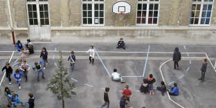 Pupils play on a school playground at the Ampere primary school of Paris, on October 13, 2014. AFP PHOTO /THOMAS SAMSON