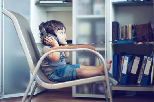 La vraie surprise est venue des enfants de moins de 2 ans qui, selon leurs parents, seraient 15 % à utiliser des casques et des écouteurs et à s'endormir avec eux lors de longs trajets en voiture (71 % de ceux qui les utilisent), mais également dans leur lit (61 %), soit 9 % de l'ensemble des enfants de moins de 2 ans étudiés.