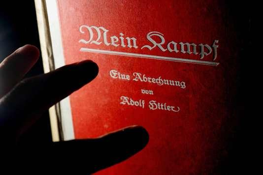 """""""Mein Kampf"""", d'Adolf Hitler, chez l'éditeur Bloomsbury, à Londres, en 2005."""