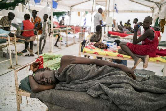 Malade dans l'antenne chirurgicale installée par Médecins  sans frontières, dans le camp de réfugiés de Bentiu.