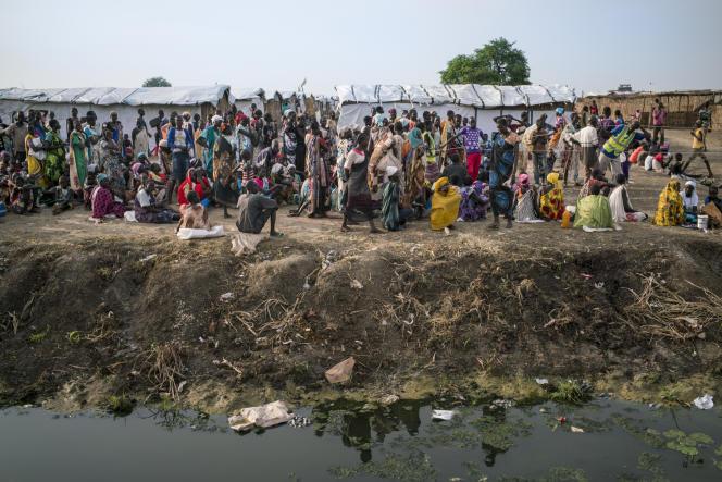 Environ 1 500 nouveaux réfugiés arrivent dans le camp de Bentiu chaque semaine. Ici , une distribution de nourriture par le Programme d'aide alimentaire de l'ONU.