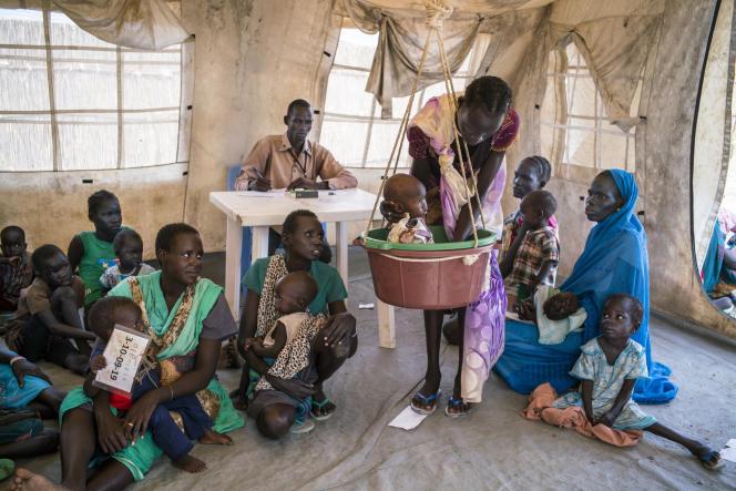 Des mères et leurs enfants attendent de consulter  à la clinique installée par Médecins sans frontières,  dans le camp de Bentiu, au Soudan du Sud.