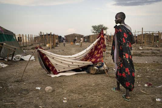 Une déplacée récemment arrivée dans le camp de Bentiu, devant la tente de fortune qu'elle a érigée pour elle et ses trois enfants.