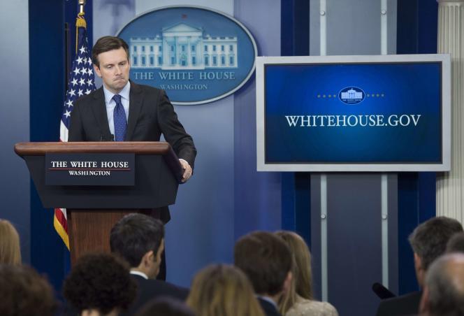 Josh Earnest, le porte-parole de la Maison Blanche, annonce la décision prise par  l'administration Obama de déployer quelques dizaines de membres des forces spéciales en Syrie, le  30 octobre, à Washington.