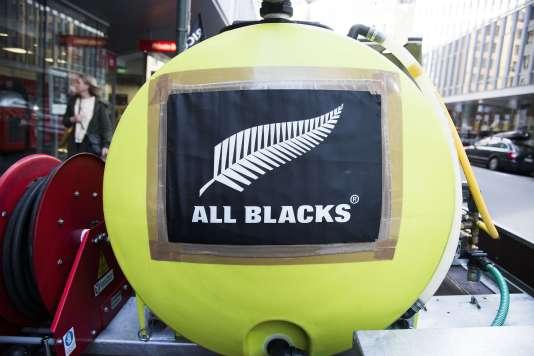Dans les rues de Wellington, la capitale néo-zélandaise, la fougère argentée des All Blacks est de sortie, le 29 octobre 2015, à l'avant-veille de la finale de la Coupe du monde en Angleterre.