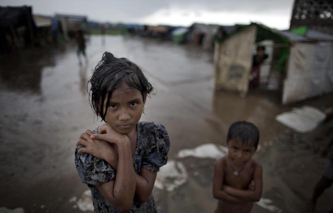 Une jeune fille Rohingya dans un camp de personnes déplacées en Birmanie.