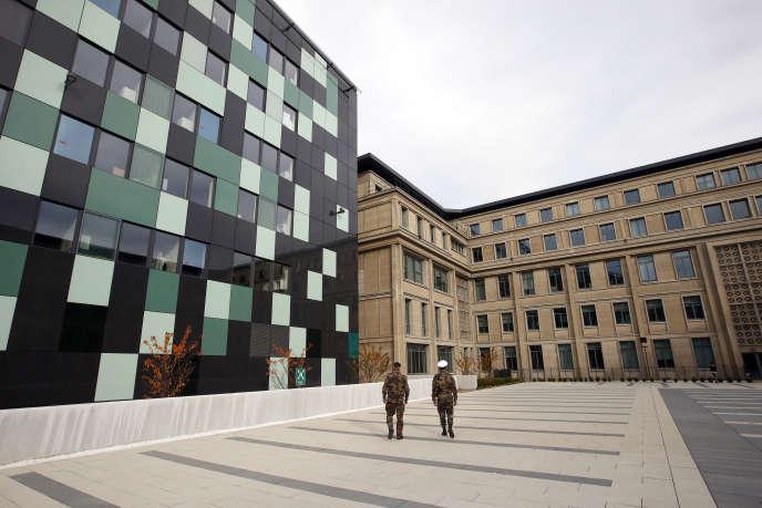 François Hollande inaugure le 5 novembre le nouveau ministère de la défense, dans le 15e arrondissement de Paris.
