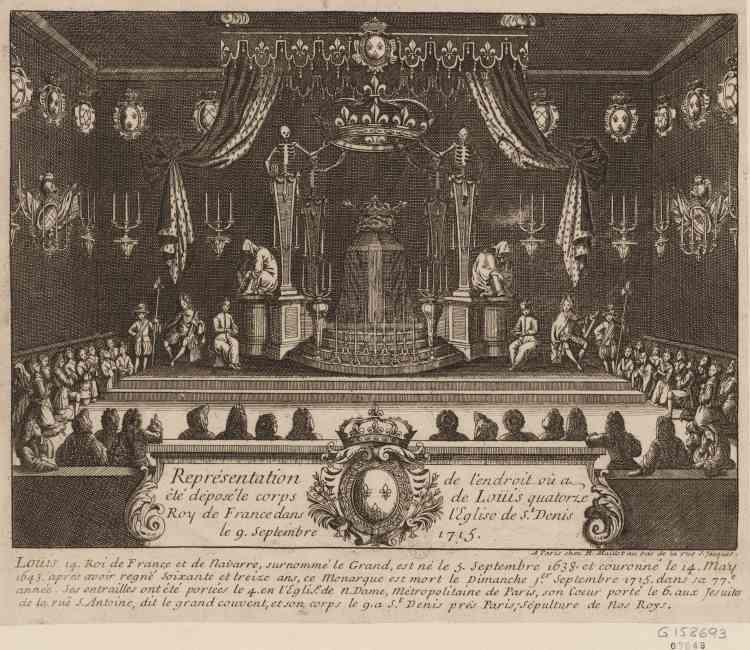 Cette gravure, au burin, d'Arnould Maillot, éditeur (1715), servit de modèle au scénographe Pier Luigi Pizzi, pour reproduire à l'identique, à l'entrée de l'exposition, la chapelle ardente qui fut dressée à Saint-Denis pour recevoir le cercueil de Louis XIV, le 10 septembre 1715, en attente de  la construction du cénotaphe.