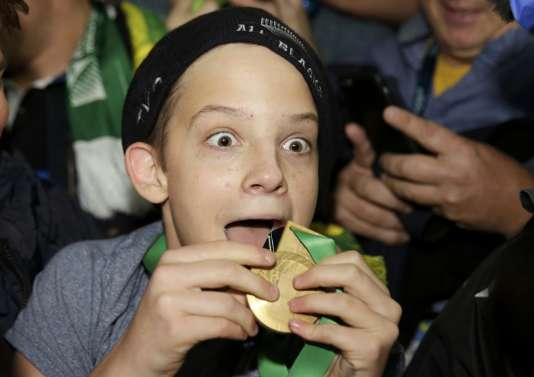 Un jeune garçon ébahi devant la médaille offerte par Sonny Bill Williams après la finale du Mondial de rugby.