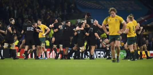 Les All Blacks fêtent leur victoire, les Australiens restent tête basse