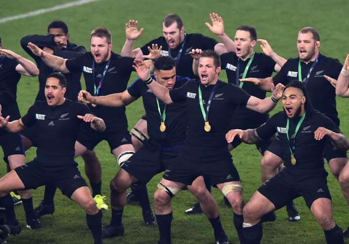 Les All Blacks en plein haka de fin de match, la médaille de champion du monde autour du cou.