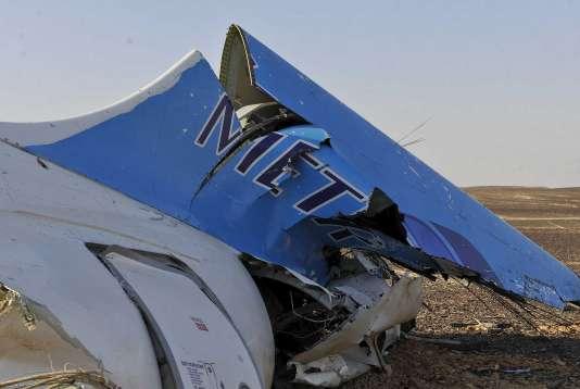 Un débris de l'Airbus A321-200 qui s'est écrasé dans le Sinaï égyptien samedi 31 octobre.