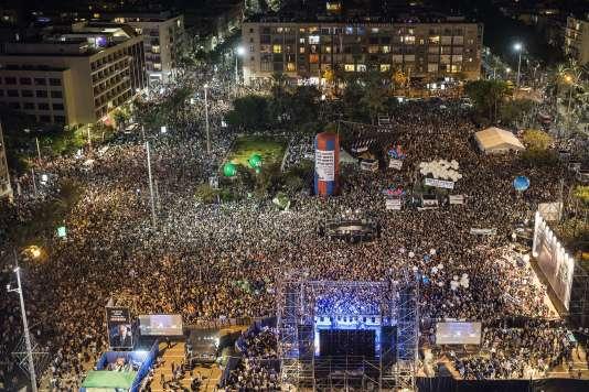 Des dizaines milliers personnes rassemblées pour l'hommage à l'ancien premier ministre, à Tel-Aviv, samedi 31 octobre.