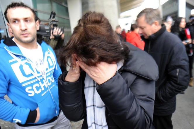 Des familles de passagers de l'Airbus qui s'est écrasé dans le Sinaï, arrivent à l'aéroport de Pulkovo, à Saint-Pétersbourg, le 31 octobre 2015.