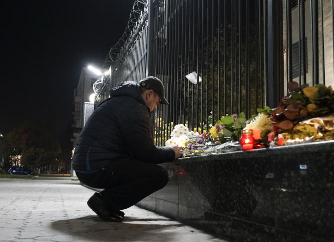 Un Ukrainien se recueille devant l'ambassade de Russie à Kiev, samedi 31 octobre. Plusieurs Ukrainiens sont morts dans le crash de l'avion russe en Égypte.