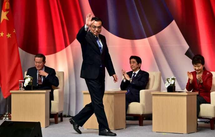 Le premier ministre chinois, Li Keqiang, debout devant la présidente sud-coréenne, Park Geun-hye et le premier ministre japonais, Shinzo Abe, le 1er novembre, à Séoul.