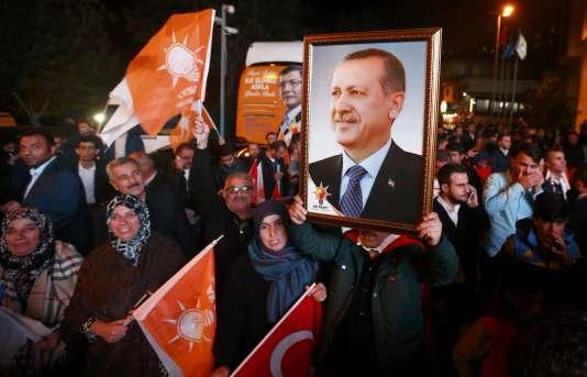 Le président turc Erdogan récupère la majorité absolue au Parlement qu'il avait perdu lors du scrutin législatif du 7 juin.