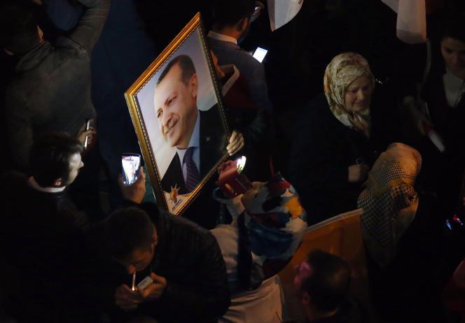 Des partisans de l'AKP devant le siège du parti, le 1er novembre.
