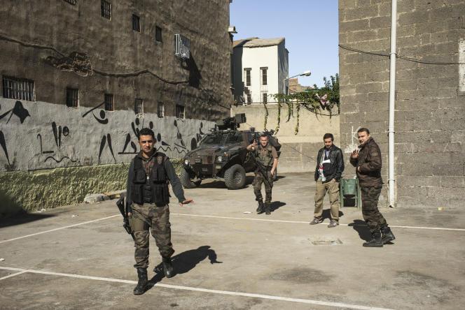 Le 1er novembre à Diyarbakir, en Turquie, les forces spéciales de police lourdement armées dans un des lycées qui accueillent les bureau de vote : «Pas de photos ici, c'est une  zone terroriste.»