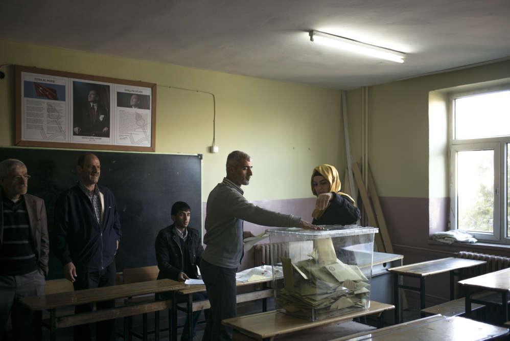 Dans le quartier de Sur, centre-ville historique de Diyarbakir, dans le sud-est à majorité kurde de la Turquie, les électeurs se rendent aux urnes, dimanche 1er novembre.