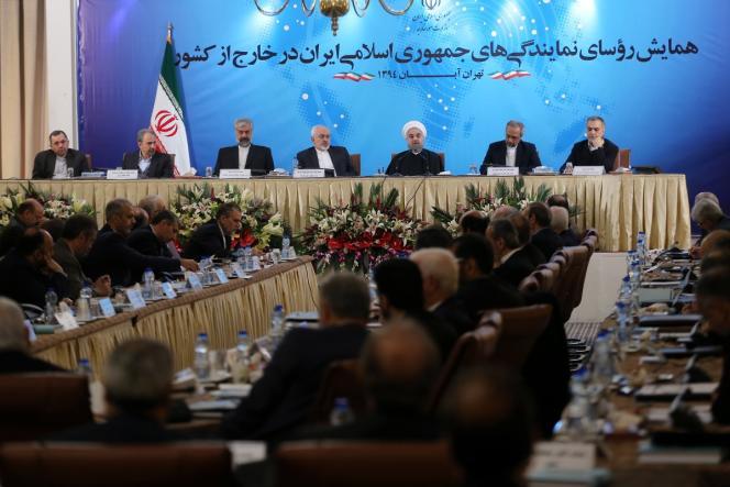 Le président Hassan Rohani (3e à partir de la droite) préside la réunion ces ambassadeurs iraniens, à Téhéran, le 2 novembre. A sa droite, le ministre iranien des affaires étrangères, Mohammad Javad Zarif.