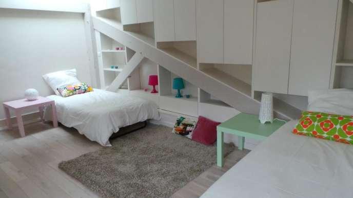 Des combles aménagées en chambre d'enfants pour faire oublier la hauteur sous plafond. Utiliser du linge de lit blanc (comme à l'hôtel) et des touches de couleur pour le côté enfantin.