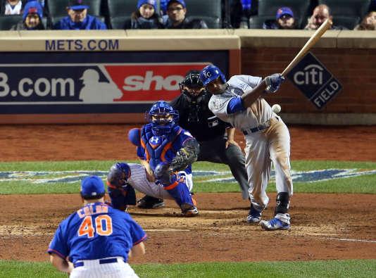 Les Royals de Kansas City ont remporté le cinquième match décisif, dimanche à NewYork, face aux Mets.