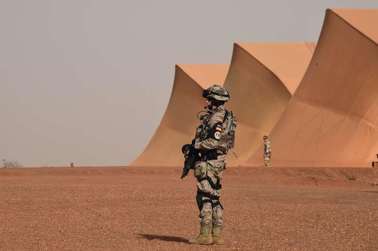 Un soldat espagnol engagé dans l'opération « Barkhane » patrouille près de la base française des environs de Gao, au Mali, le 2 janvier.