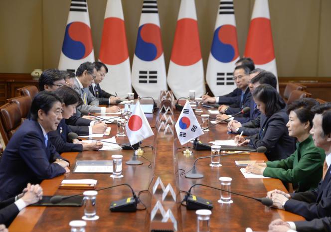 Le premier ministre japonais Shinzo Abe, à gauche, et la présidente sud-coréenne, Park Geun-Hye, mardi 2 novembre à Séoul.