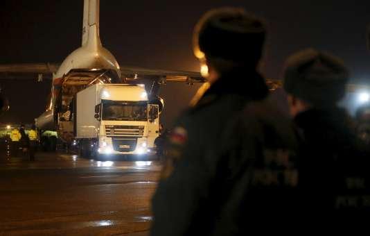 Un avion russe rapatrie les corps de 144 victimes du crash à Saint-Pétersbourg, le 2 novembre.