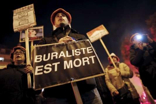 Des buralistes se sont rassemblés le 2 novembre à Paris, Nantes, Toulouse, Lyon et Marseille pour protester contre le paquet de cigarettes neutre.