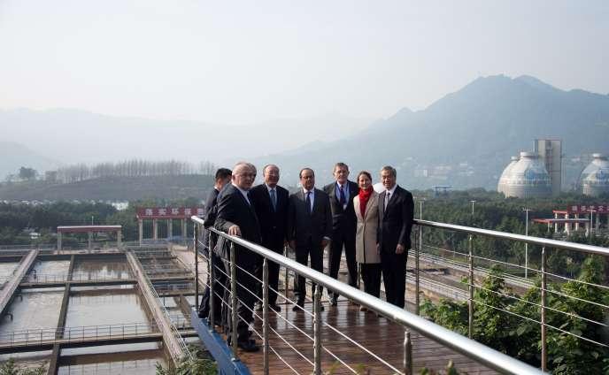 François Hollande avec la délégation française et le maire de Chongqing, Huang Qifan, à la nouvelle station franco-chinoise de traitement des eaux de Chongqing, en Chine, le 2 novembre 2015.