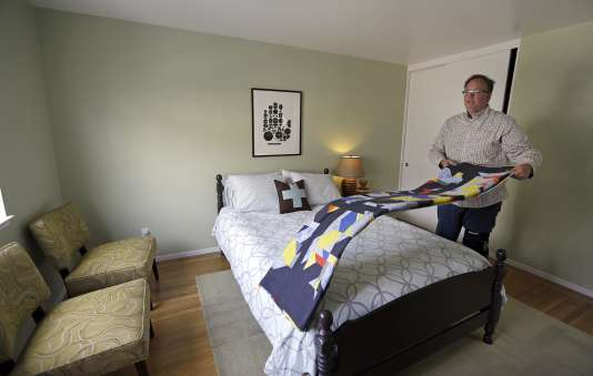 Bruce Bennett, habitant San Francisco, prépare une chambre qu'il loue dans sa maison le 16 octobre 2015.