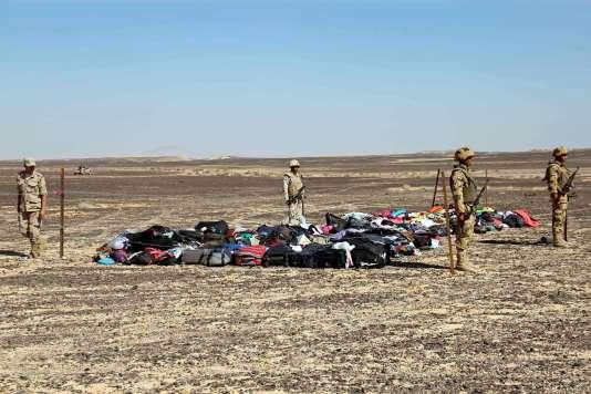 Des soldats égyptiens montent la garde autour de bagages, à proximité du lieu du crash, dimanche 1ernovembre.