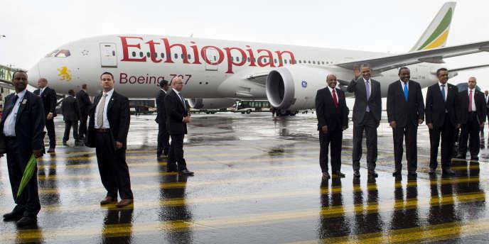 Le président américain Barack Obama devant un Boeing 787 d'Ethiopian Airlines à Addis Abeba, le 28 juillet 2015.