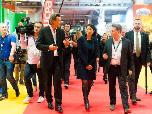 Fleur Pellerin en visite accompagnée à la Paris Games Week 2014, avec Philippe Cardon (Sony) et David Neichel (Activision), deux des principaux exposants.
