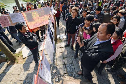 A Nanning, dans le sud de la Chine, des célibataires affichent leurs informations personnelles dans un parc dans l'espoir de trouver l'âme sœur.