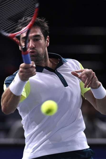 Jérémy Chardy (32e) sort logiquement en 3 sets (3-6, 6-3, 6-2) son compatriote Lucas Pouille (84e) au 2e tour du Tournoi de tennis de Paris en salle, mardi 3 novembre.