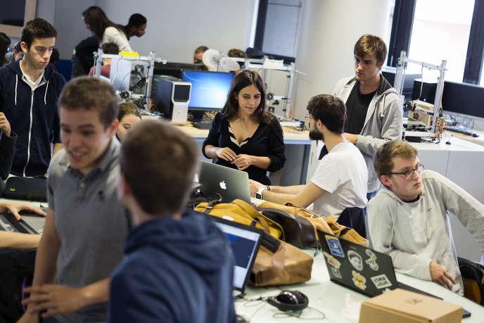 Le De Vinci FabLab réunit les étudiants des trois écoles (d'ingénieurs, de commerce et de multimédia) de ce pôle universitaire situé à la Défense, près de Paris.