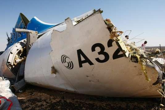 Des vestiges de la carlingue de l'avion russe près de Wadi Al-Zolomat dans le Sinaï en Egypte le 1er novembre 2015.