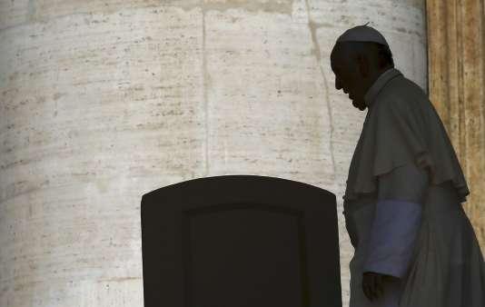 Un prêtre espagnol et une laïque italienne ont été arrêtés, samedi 31 octobre et dimanche 1er novembre, par la gendarmerie du Vatican.