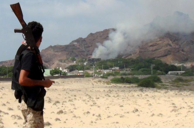 L'Hôtel Qasr, à Aden, qui accueillait le gouvernement yéménite, touché par un attentat, le 6octobre.