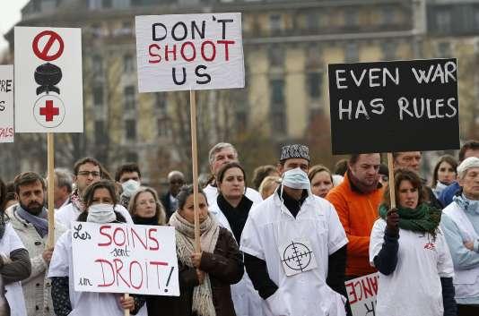 Le personnel de MSF lors d'une manifestation, le 3 novembre à Genève.