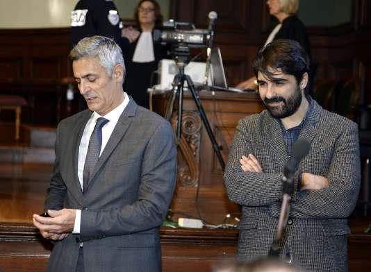 Pascal Bonnefoy, l'ancien majordome de Liliane Bettencourt, et Fabrice Arfi, journaliste du site Mediapart, au tribunal de Bordeaux, le 3 novembre.